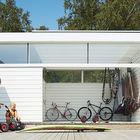 Отдельное помещение для хранения спортивных принадлежностей с выходом на террасу. (современный,пляжный,архитектура,дизайн,экстерьер,интерьер,дизайн интерьера,мебель)