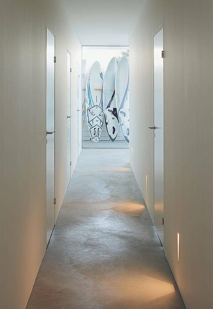 Коридор соединяющий спальни и ванные комнаты. Бетонный пол очень практичен.
