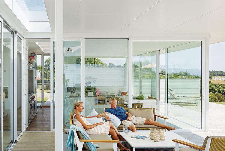 На просторной террасе есть своя гостиная на открытом воздухе где приятно проводить время летом.