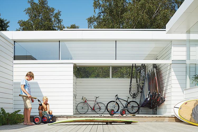 Отдельное помещение для хранения спортивных принадлежностей с выходом на террасу.