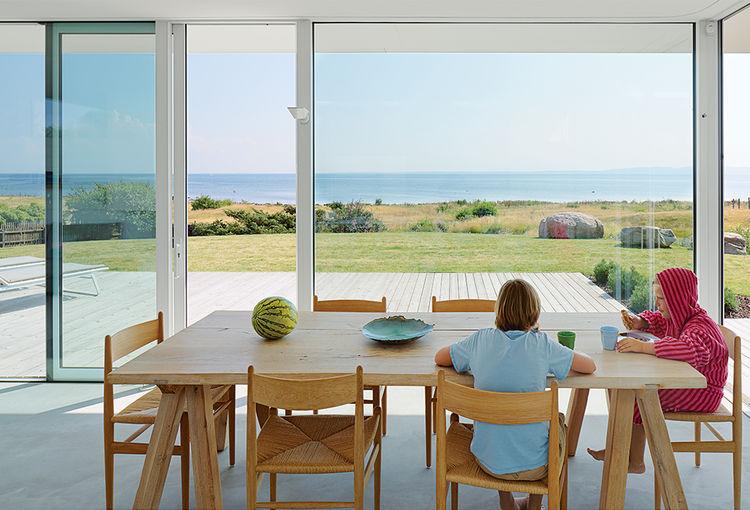 Столовая. Практически из каждой комнаты дома открывается вид на море.