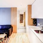 Дверь в ванную комнату сделана зеркальной, благодаря чему в маленькой прихожей есть большое и удобное зеркало. (квартиры,апартаменты,интерьер,дизайн интерьера,мебель,архитектура,дизайн,экстерьер,современный,минимализм,кухня,дизайн кухни,интерьер кухни,кухонная мебель,мебель для кухни,фото кухни,столовая,дизайн столовой,интерьер столовой,мебель для столовой,фото столовой,идеи столовой,вход,прихожая,маленькая прихожая,идеи прихожей,оформление прихожей,мебель для прихожей,вешадка для прихожей)
