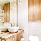 Единственным местом хранения в ванной является шкафчик в нише над подвесным унитазом.