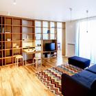 Кабинет хозяйки квартиры отделен от жилой комнаты двусторонним деревянным стеллажом. (квартиры,апартаменты,интерьер,дизайн интерьера,мебель,архитектура,дизайн,экстерьер,современный,минимализм,гостиная,дизайн гостиной,интерьер гостиной,мебель для гостиной,фото гостиной,идеи гостиной,столовая,дизайн столовой,интерьер столовой,мебель для столовой,фото столовой,идеи столовой)