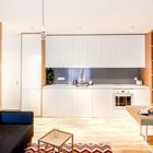 Когда кухня является частью жилой комнаты, есть два варианта - сделать ее центром жизни, либо практически спрятать ее сделав максимально нейтральной и малозаметной.