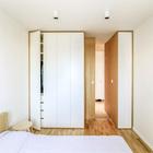 Практически незаметный плательный шкаф в спальне на самом деле весьма вместительный. (квартиры,апартаменты,интерьер,дизайн интерьера,мебель,архитектура,дизайн,экстерьер,современный,минимализм,спальня,дизайн спальни,интерьер спальни,фото спальни,мебель для спальни,кровать)
