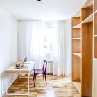 С противоположной от спальни части квартиры находится кабинет отделенный от гостиной шкафами.