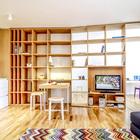 Светлая квартира наполнена теплом натурального дерева - паркет и мебель выполнены именно из него..
