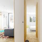 Узкий коридорчик ведет в спальню. Между комнатами отсутствует порог, а пол по всей квартире покрыт светлым паркетом.