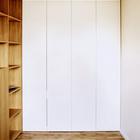 В торце кабинета находится шкаф аналогичный тому что в спальне. В этом же шкафу прячется стол выдвигающийся в столовой. (квартиры,апартаменты,интерьер,дизайн интерьера,мебель,архитектура,дизайн,экстерьер,современный,минимализм,домашний офис,офис,мастерская,фото домашнего офиса,мебель для омашнего офиса,идеи домашнего офиса,компьютерный стол)