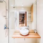 Ванна в квартире небольшая и с таким же минималистским интерьером, как и во всей квартире. За счет отсутствия массивных шкафов и большого зеркала маленькая ванна кажется больше.