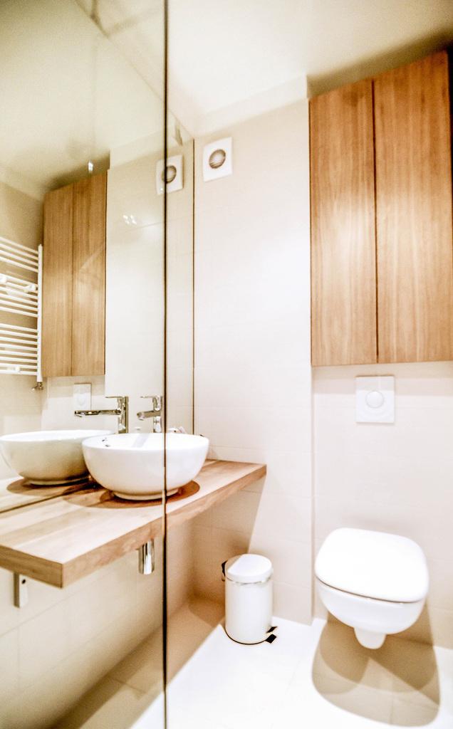 Единственным местом хранения в ванной является шкафчик в нише над подвесным унитазом