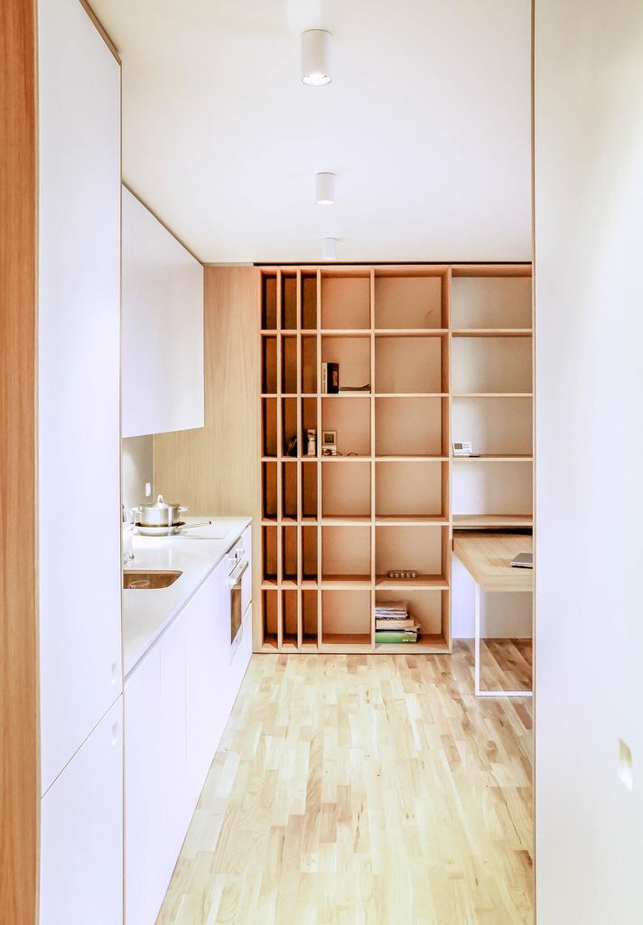Как можно понять из плана, кухня находится сразу у входа в торце жилой комнаты.