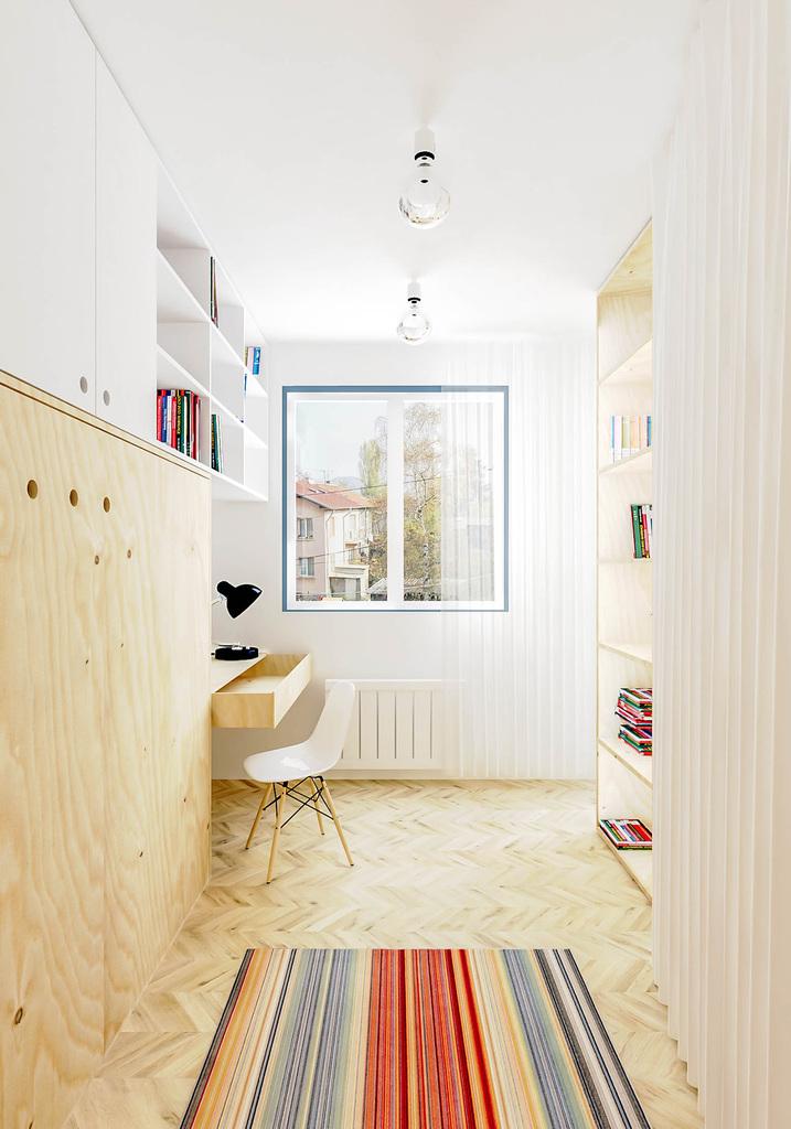 На стене слева в кабинете находится откидная кровать позволяющая превратить домашний офис в гостевую спальню