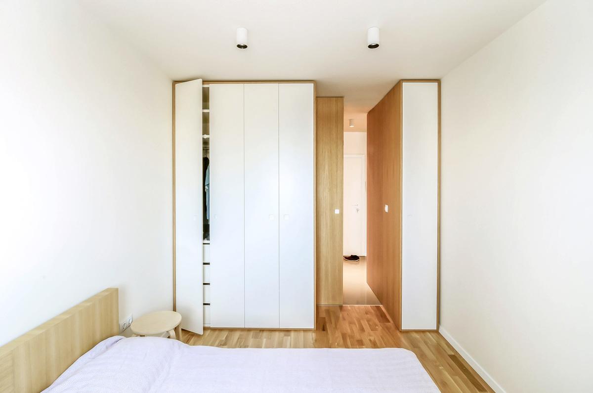 Практически незаметный плательный шкаф в спальне на самом деле весьма вместительный