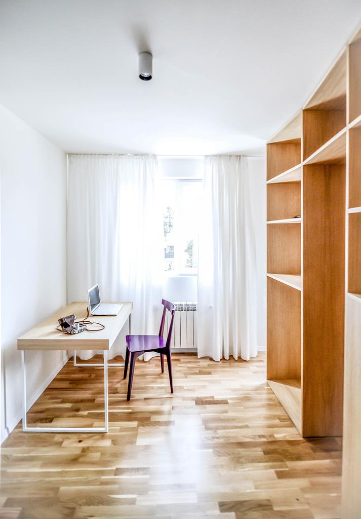 С противоположной от спальни части квартиры находится кабинет отделенный от гостиной шкафами