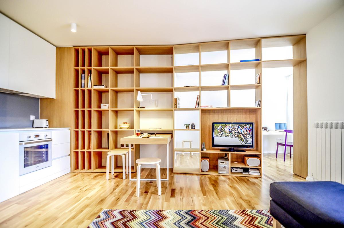 Светлая квартира наполнена теплом натурального дерева - паркет и мебель выполнены именно из него