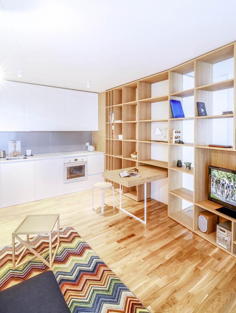 В небольших квартирах очень удобно объединить кухню, столовую и гостиную в одно помещение, таким образом можно сэкономить много места