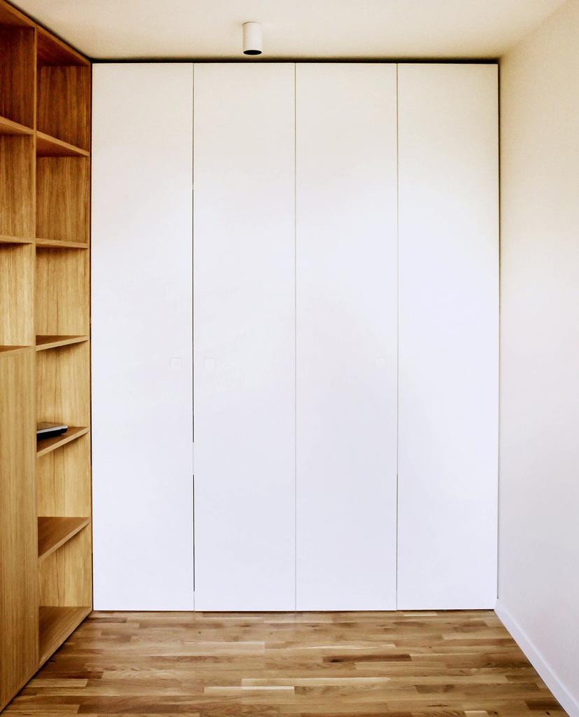 В торце кабинета находится шкаф аналогичный тому что в спальне. В этом же шкафу прячется стол выдвигающийся в столовой.