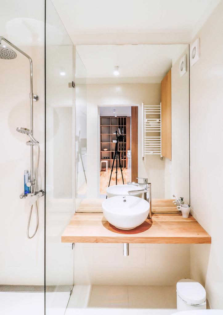 Ванна в квартире небольшая и с таким же минималистским интерьером, как и во всей квартире. За счет отсутствия массивных шкафов и большого зеркала маленькая ванна кажется больше
