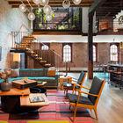 Характерное для стиля лофт огромное открытое пространство жилой комнаты. Этому способствуют мощные деревянные опоры доставшиеся квартире от старого склада.