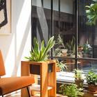 Рядом с патио на втором уровне нашлось место для небольшой комнаты, которая может быть домашним офисом или гостевой спальней.