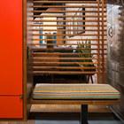 Удобная скамья у входа и прозрачный экран из деревянных реек.