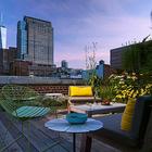 Закат на террасе на крыше квартиры. Зелень и цветы создают неповторимую атмосферу. (индустриальный,лофт,винтаж,стиль лофт,индустриальный стиль,современный,интерьер,дизайн интерьера,мебель,архитектура,дизайн,экстерьер,квартиры,апартаменты,1950-70е,середина 20-го века,медисенчери,медисенчери модерн,модерн,средневекоый модерн,модернизм,mcm,на открытом воздухе,патио,балкон,терраса,мебель для террасы,фото террасы,идеи террасы,оформление террасы,гриль,барбекю)