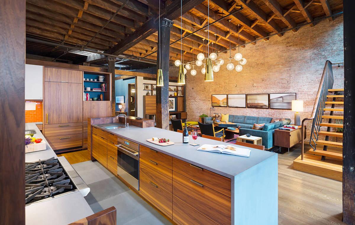 Кухня является частью жилой комнаты, что достаточно распространено в лофтах. И кухня занимает значительную часть комнаты