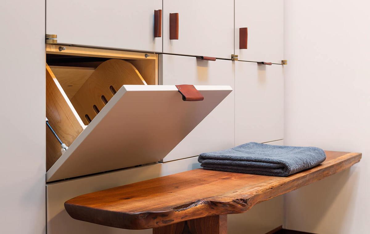 Мебель для гардеробов рядом со спальнями были изготовлены на заказ.