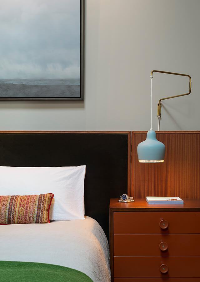 Мебель спальни, как и вся мебель в квартире выдержана в стиле мидисенчери модерн