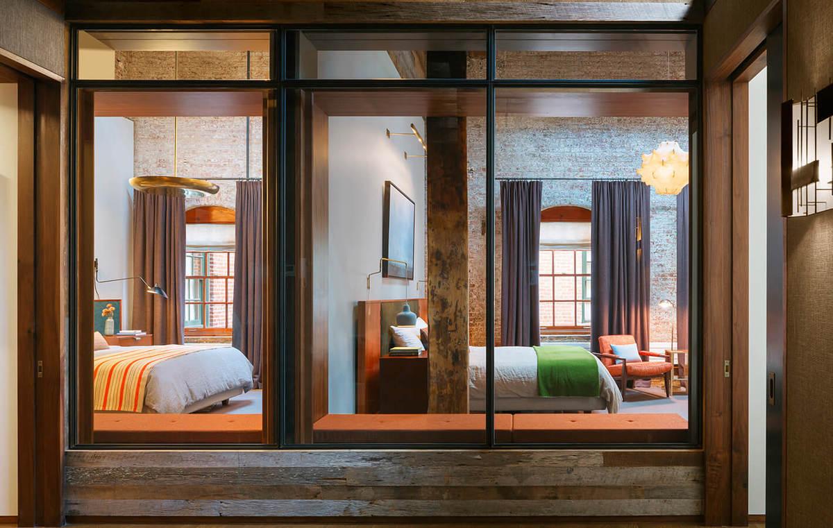 От холла ведущего к спальням сами спальни отделены остекленной стеной