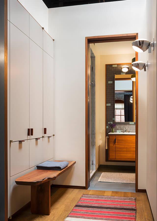 У каждой из спален есть собственная ванна и гардероб. Фасады гардероба выполнены нейтрально белыми.