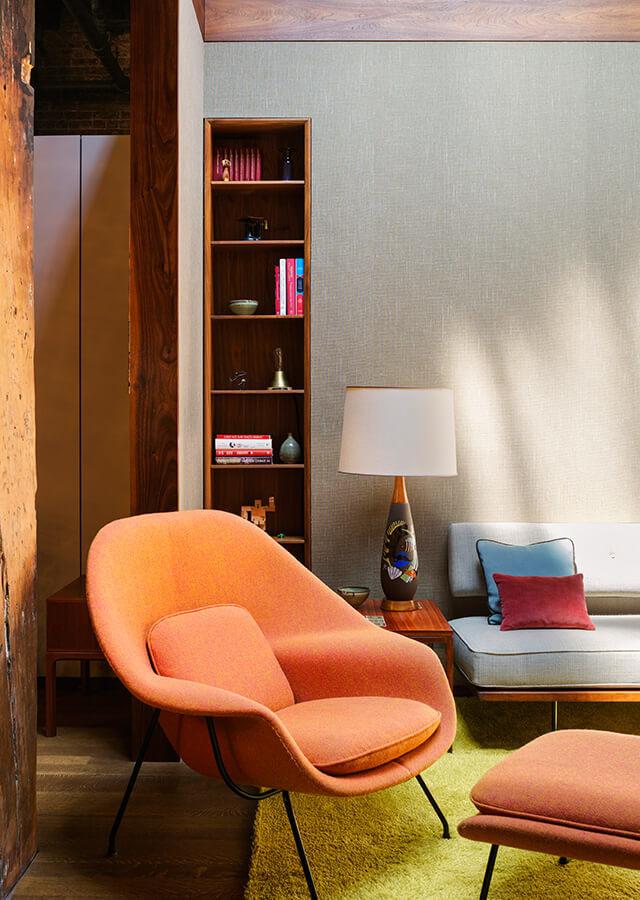 В холле соединяющем жилую комнату и спальни расположился домашний офис.