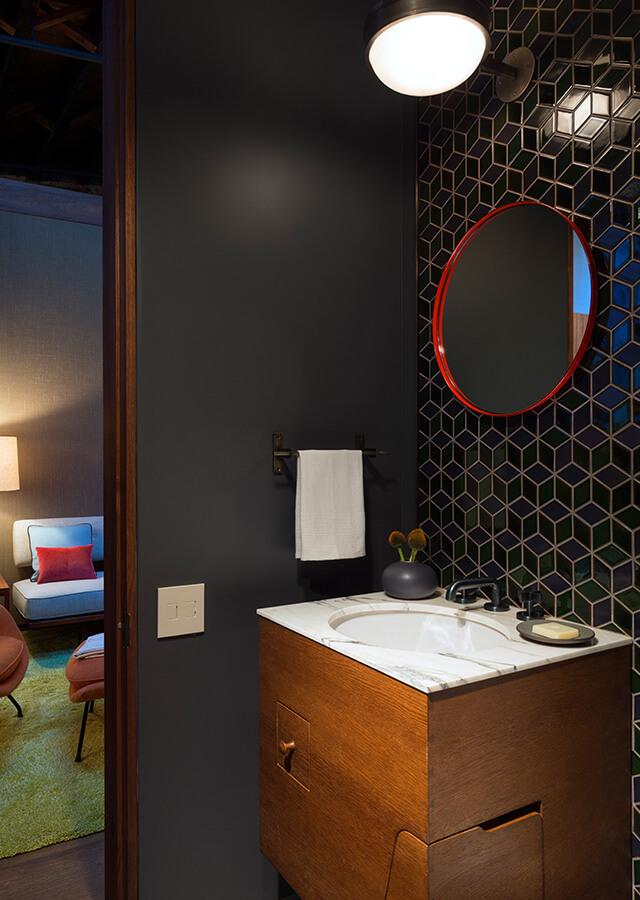 Ванная комната рядом с жилой комнатой и домашним офисом.