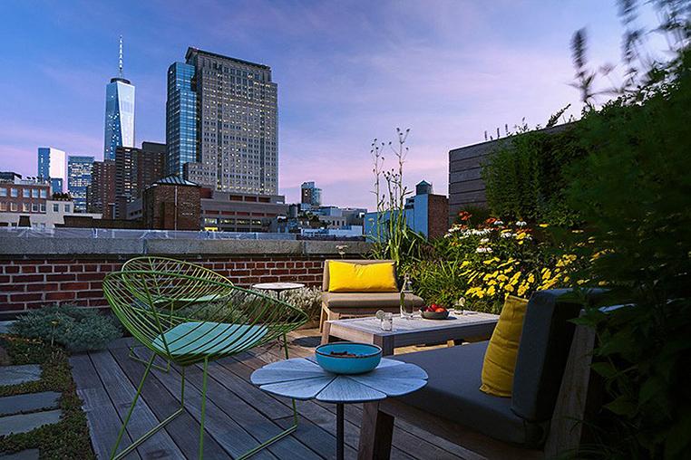 Закат на террасе на крыше квартиры. Зелень и цветы создают неповторимую атмосферу.