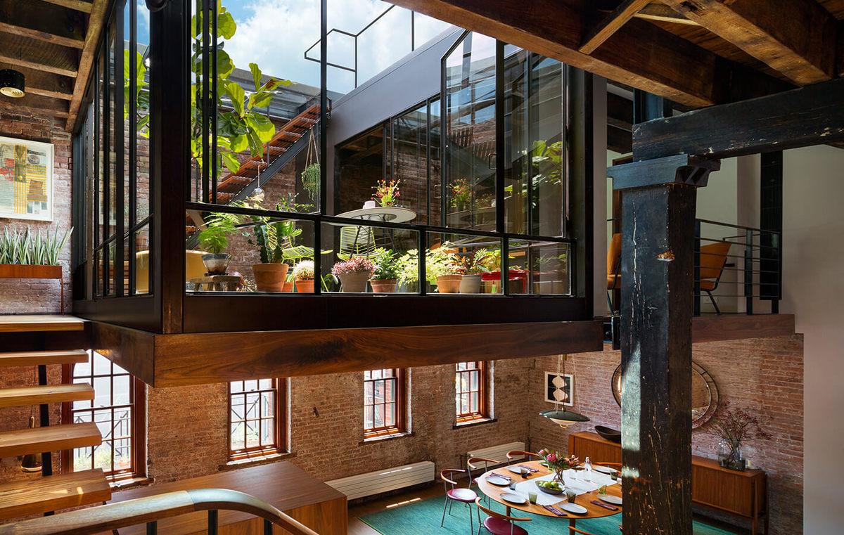 Зеленый дворик на втором уровне виден из каждого уголка жилой комнаты.