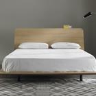 Дизайнеры не акцентировали внимание на ножках кровати. Это визуально облегчает кровать. (спальня,дизайн спальни,интерьер спальни,фото спальни,мебель для спальни,кровать,интерьер,дизайн интерьера,мебель,хранение,гардероб,шкаф,комод,минимализм)