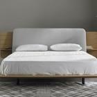 Крышка спинки кровати может иметь разную отделку, например тканевую. (спальня,дизайн спальни,интерьер спальни,фото спальни,мебель для спальни,кровать,интерьер,дизайн интерьера,мебель,хранение,гардероб,шкаф,комод,минимализм)