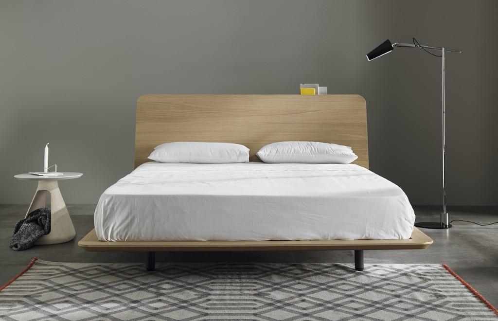 Дизайнеры не акцентировали внимание на ножках кровати. Это визуально облегчает кровать.