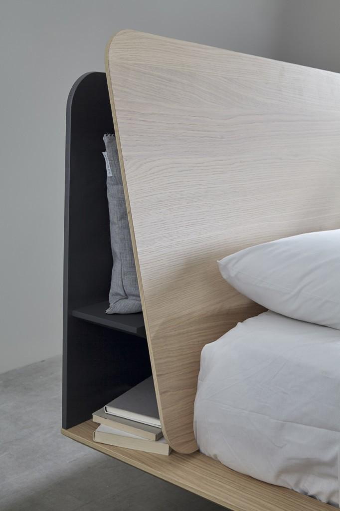 Кровать с более узкой спинкой без прикроватных полочек.