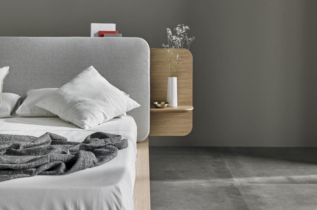 Вариант кровати с широким изголовьем дополненным полочками.