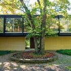 Фасад дома в летнее время. В стороне от дома заметен гостевой домик. (1950-70е,середина 20-го века,медисенчери,медисенчери модерн,модерн,средневекоый модерн,модернизм,mcm,архитектура,дизайн,экстерьер,интерьер,дизайн интерьера,мебель,вход,прихожая,маленькая прихожая,идеи прихожей,оформление прихожей,мебель для прихожей,вешадка для прихожей,фасад)