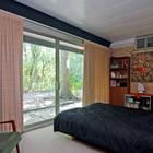 Спальня на первом этаже с полностью остекленной стеной и выходом в сад. (1950-70е,середина 20-го века,медисенчери,медисенчери модерн,модерн,средневекоый модерн,модернизм,mcm,архитектура,дизайн,экстерьер,интерьер,дизайн интерьера,мебель,спальня,дизайн спальни,интерьер спальни,фото спальни,мебель для спальни,кровать)