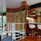 Справа от лестницы расположена кухня с барной стойкой. Над барной стойкой, закрепленные на стальной балке, висят полки для посуды.