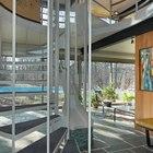 Светлый остекленный холл первого этажа со стальной винтовой лестницей ведущий в жилую комнату на втором этаже. (1950-70е,середина 20-го века,медисенчери,медисенчери модерн,модерн,средневекоый модерн,модернизм,mcm,архитектура,дизайн,экстерьер,интерьер,дизайн интерьера,мебель,вход,прихожая,маленькая прихожая,идеи прихожей,оформление прихожей,мебель для прихожей,вешадка для прихожей,лестница,варианты лестницы,фото лестницы,идеи лестницы, холл)