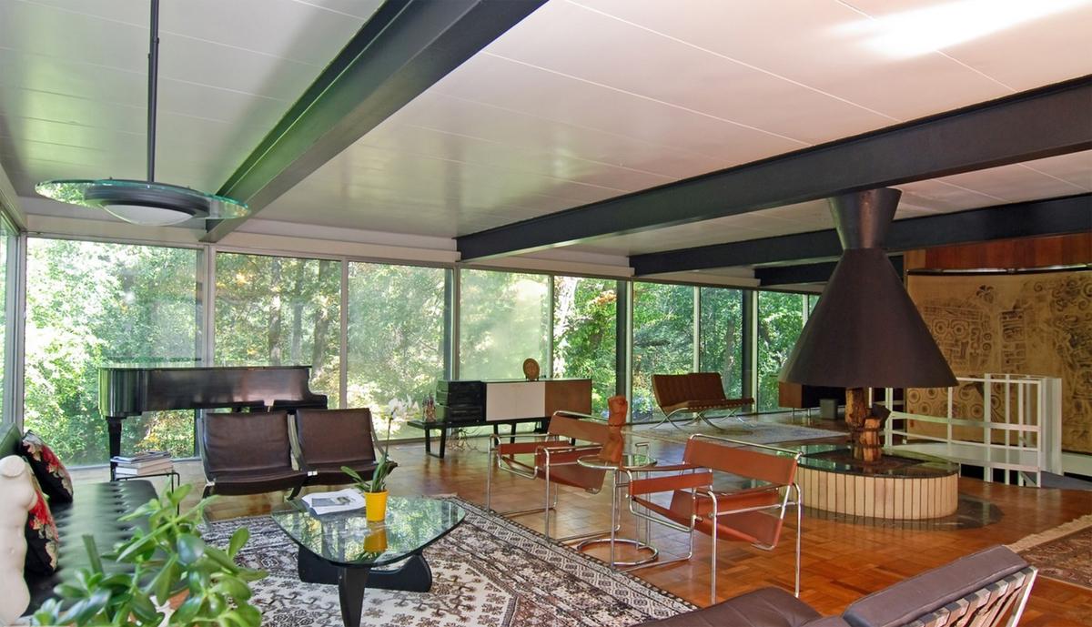 Это фото охватывает почти всю жилую комнату, что позволяет оцени то как архитектор распределил и использовал пространство комнаты.