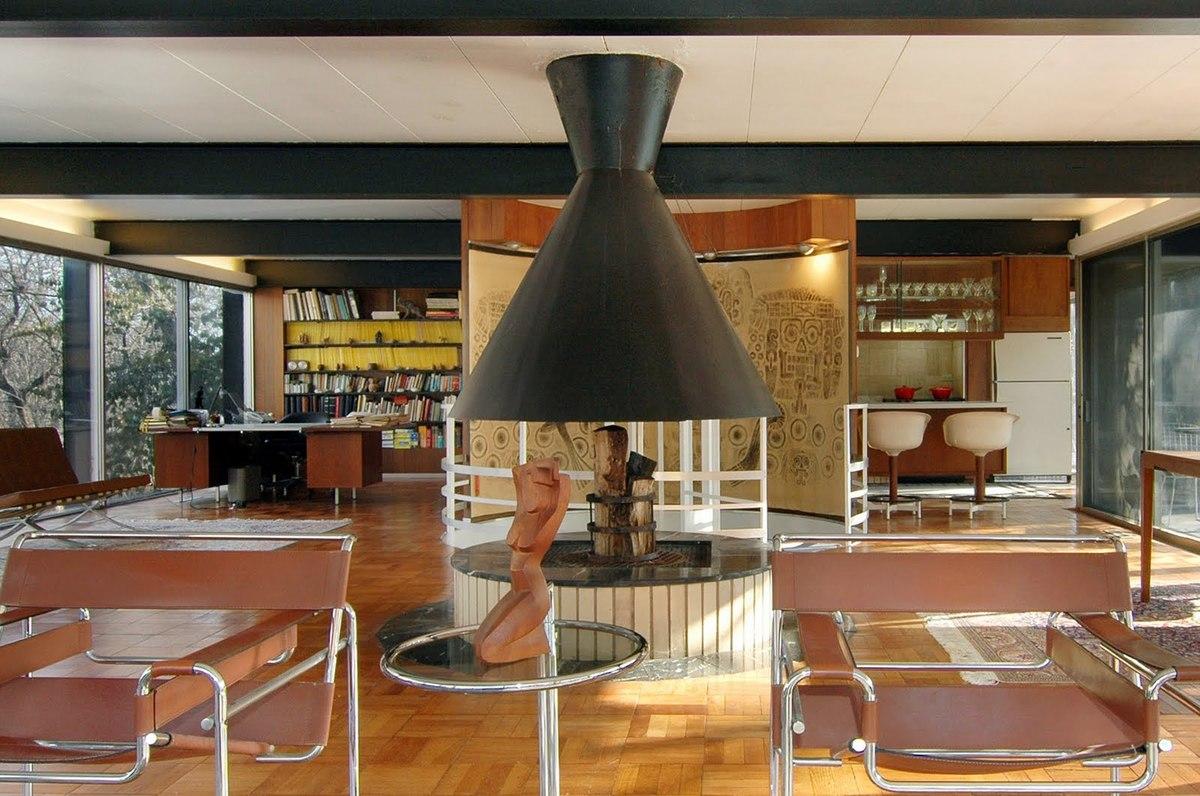 Камин является центром большой жилой комнаты включающей в себя гостиную, столовую, кухню и кабинет.