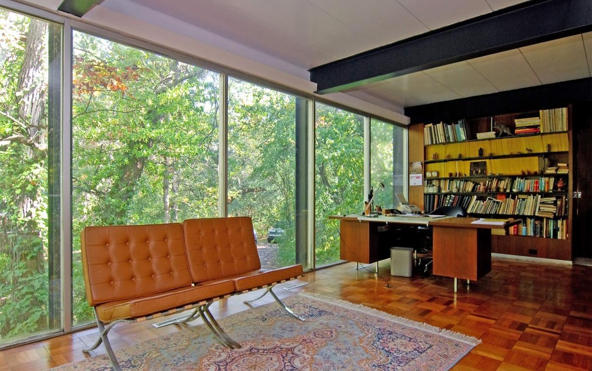 С левой стороны от винтовой лестницы находится домашний офис не отделенный от жилой комнаты дополнительными стенами.