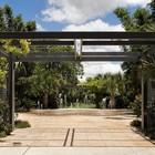 В парке у дома не обошлось без оригинального фонтана. (индустриальный,лофт,винтаж,стиль лофт,индустриальный стиль,минимализм,архитектура,дизайн,экстерьер,интерьер,дизайн интерьера,мебель,квартиры,апартаменты,на открытом воздухе,патио,балкон,терраса,мебель для террасы,фото террасы,идеи террасы,оформление террасы,гриль,барбекю)
